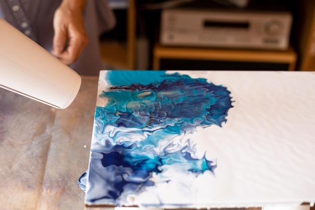 Criação de pinturas usando técnicas e tecnologias modernas. pintura de interiores. criatividade e design. hobbies e artesanato. liberdade e criatividade. estilo de vida.