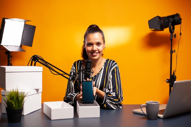 Criador de conteúdo criativo influenciador especialista vlogger gravando presente de podcast da web online para o público