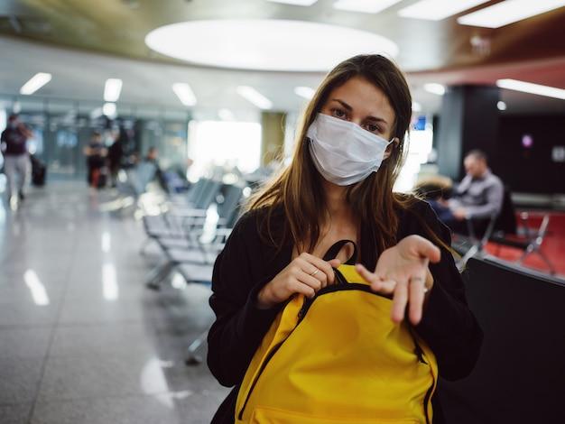 Criador de máscaras médicas de passageiros porto amarela mochila esperando