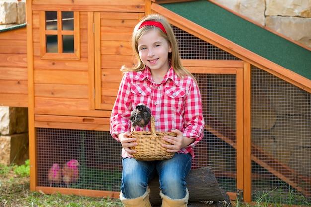 Criador galinhas garoto garota fazendeiro fazendeiro com filhotes no galinheiro