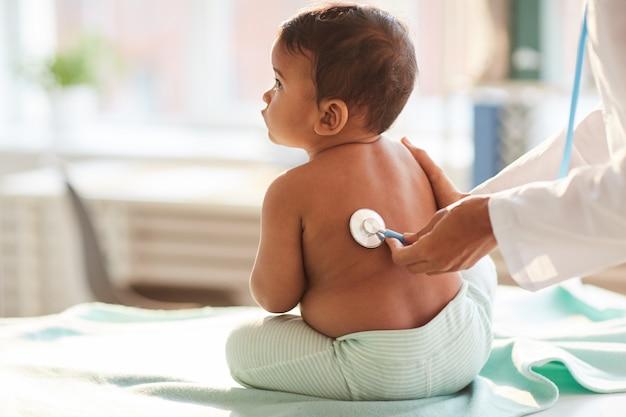 Criança a ser examinada pelo médico