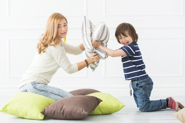 Criança adorável com a mãe jogando