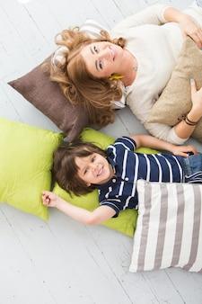 Criança adorável com a mãe no chão