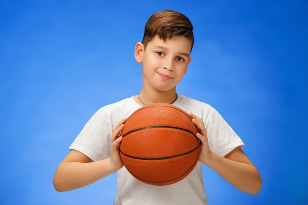 Criança adorável com bola de basquete