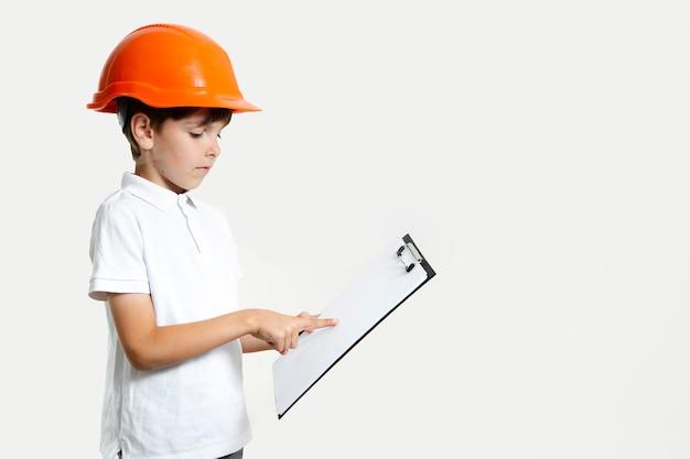 Criança adorável com capacete de segurança
