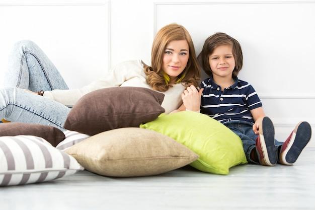 Criança adorável com mãe