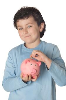 Criança adorável com poupança de moneybox isolada sobre o branco