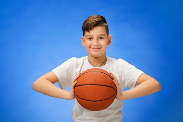 Criança adorável menino com bola de basquete