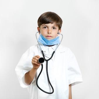 Criança adorável posando como médico