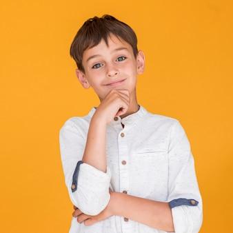 Criança adorável sorrindo e sendo encantador
