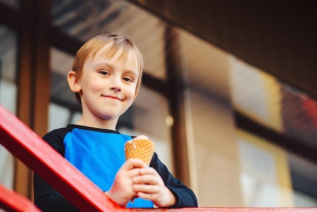 Criança adorável tomando sorvete no centro da cidade