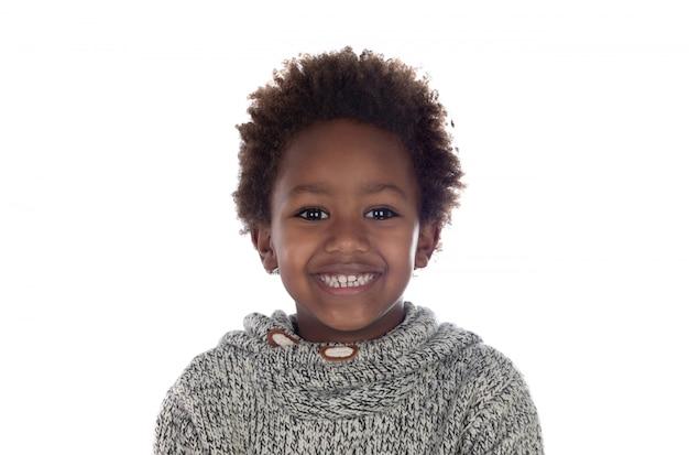 Criança afro-americana bonita com jersey de lã cinza