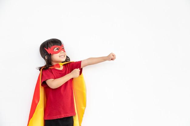 Criança age como um super-herói para salvar o mundo