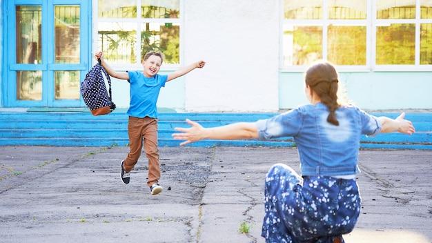 Criança alegre corre para os braços de sua mãe.