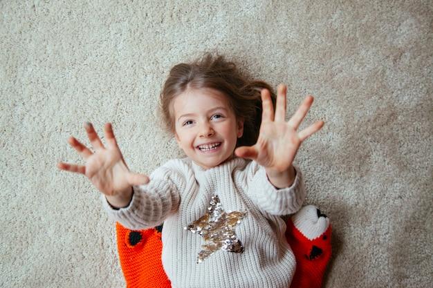 Criança alegre no chão com cócegas