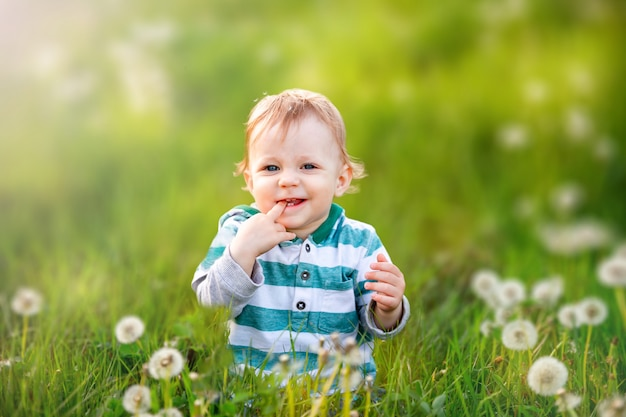 Criança alegre. o conceito de infância, seguro, férias de verão