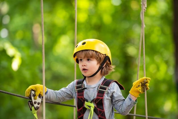 Criança alpinista em treinamento. idade da criança. crianças menino aventura e viagens. desenvolvimento na primeira infância
