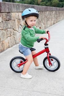 Criança andando de bicicleta para baixo