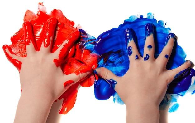 Criança aprende a pintar com as mãos