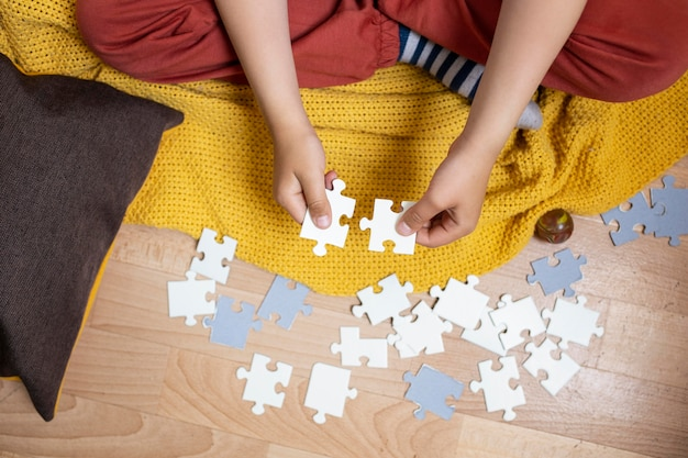 Criança aprendendo a fazer um quebra-cabeça