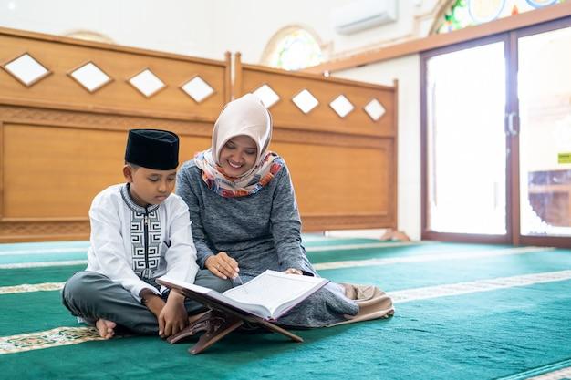 Criança aprendendo a ler o alcorão