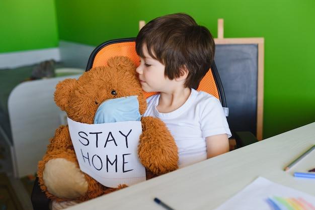 Criança aprendendo e escrevendo coronavírus