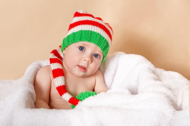 Criança aproveita o feriado feliz criança engraçada bebê está vestindo um elfo