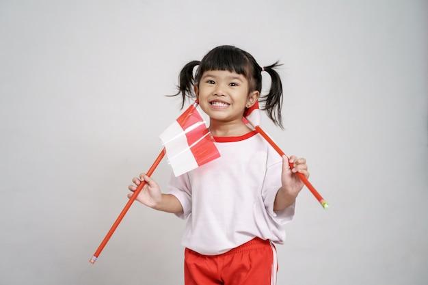 Criança asiática com bandeira da indonésia