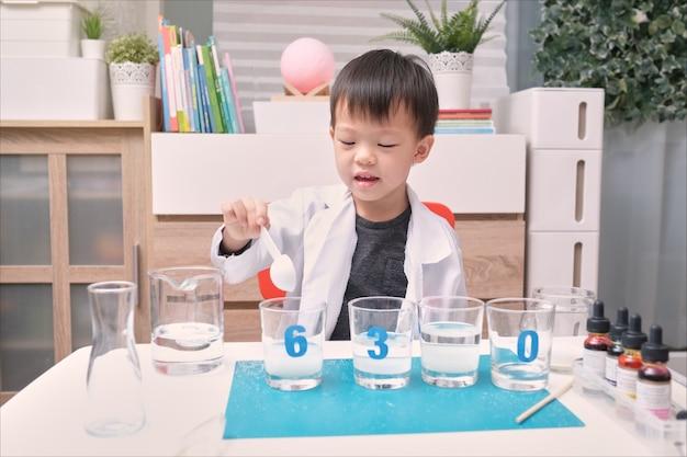 Criança asiática do jardim de infância estudando ciências