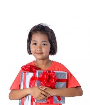 Criança asiática feliz que guarda presentes de natal. natal ou feliz ano novo