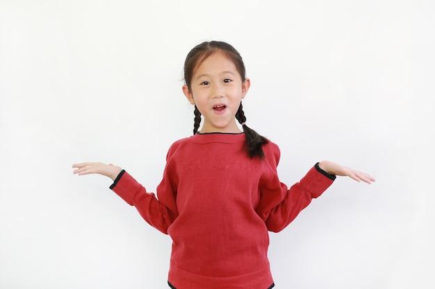 Criança asiática surpresa com as mãos bem abertas no branco