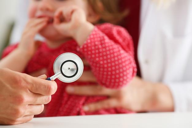 Criança assustada na recepção do médico