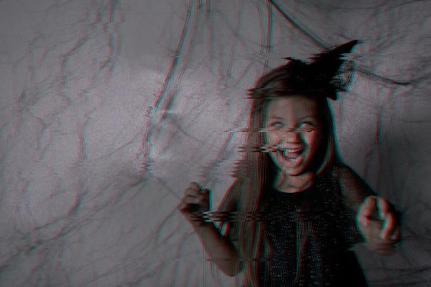 Criança assustadora vestida de preto e com olhos brancos