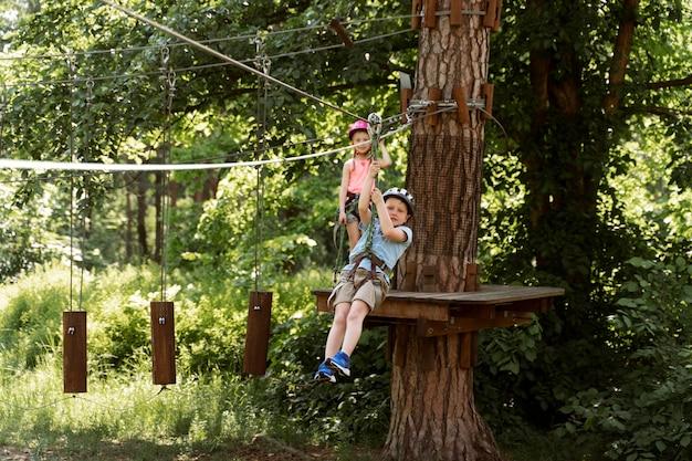 Criança ativa em um parque de aventura Foto Premium