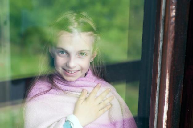 Criança, através, a, janela