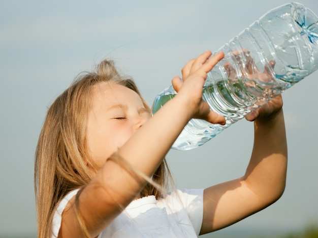 Criança, bebendo, bottled, água