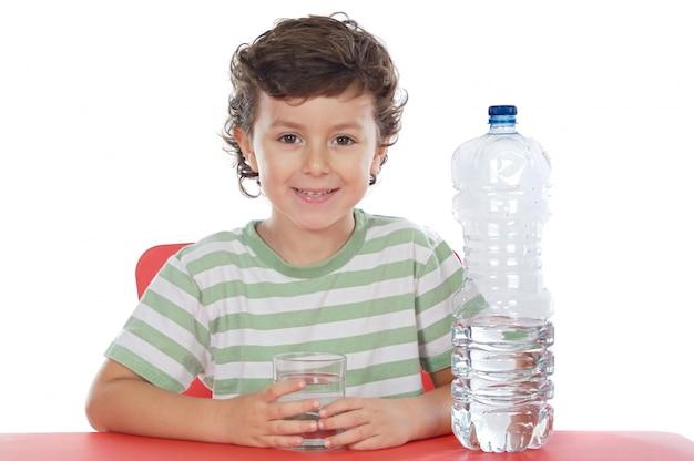 Criança beber água um over branco fundo