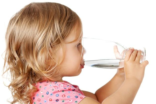 Criança beber água