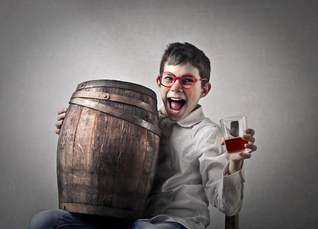Criança beber vinho