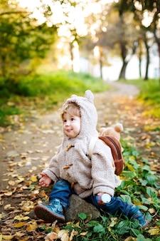 Criança bonita na natureza