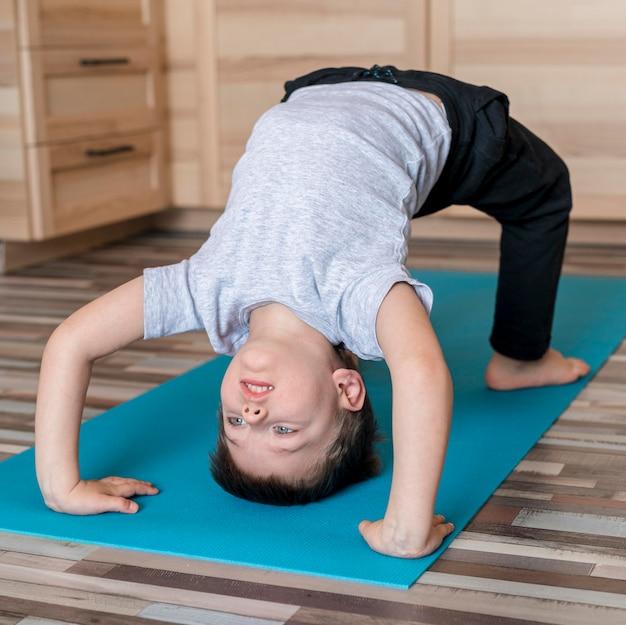 Criança bonitinha treinando em casa