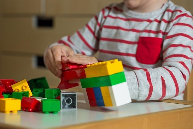 Criança brinca com construções de brinquedos
