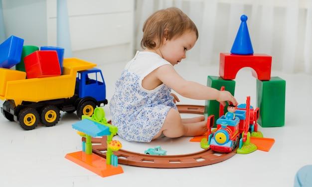 Criança brinca na sala no chão
