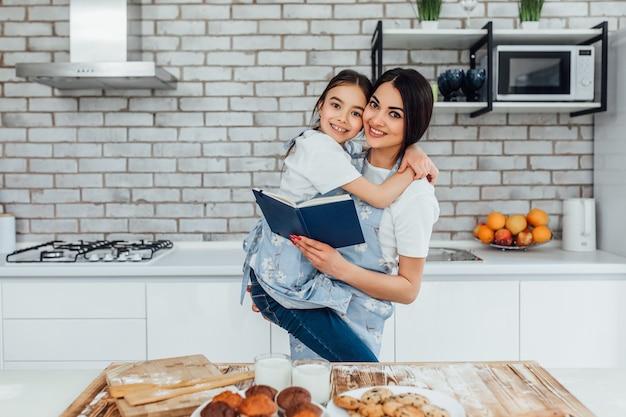 Criança brincando com a mãe na cozinha moderna