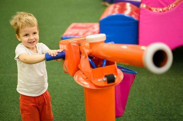 Criança brincando com atirador de bola