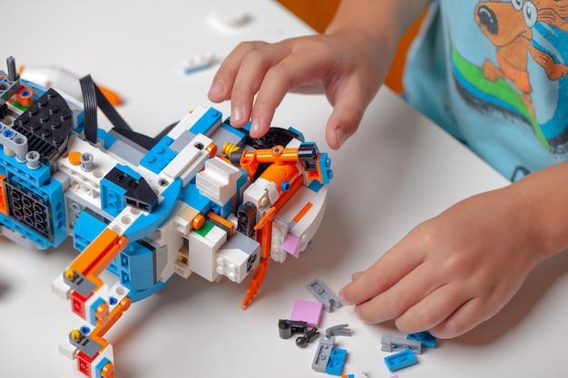 Criança brincando com blocos de brinquedo