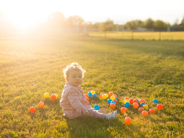 Criança brincando com bolas de plástico