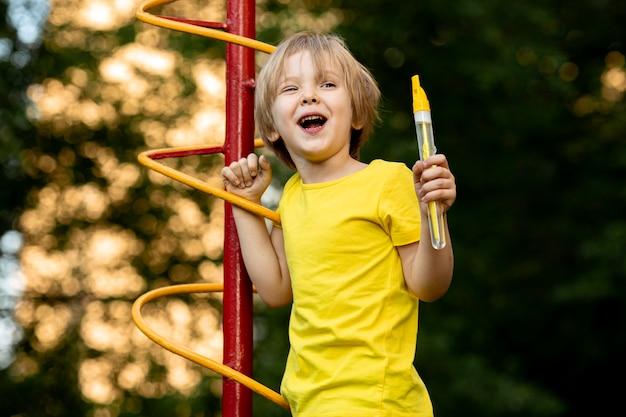 Criança brincando com bolhas de sabão