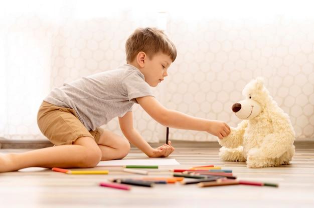 Criança brincando com brinquedos de pelúcia