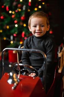 Criança brincando com carrinho de brinquedo